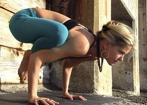 поза ворона в йоге