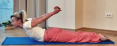 Сарпасана или поза змеи в йоге