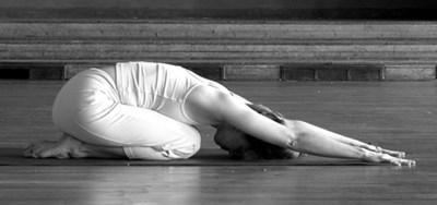 поза ребенка йога